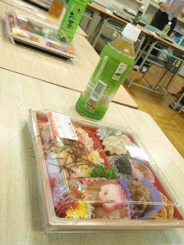 学校でお弁当.jpg